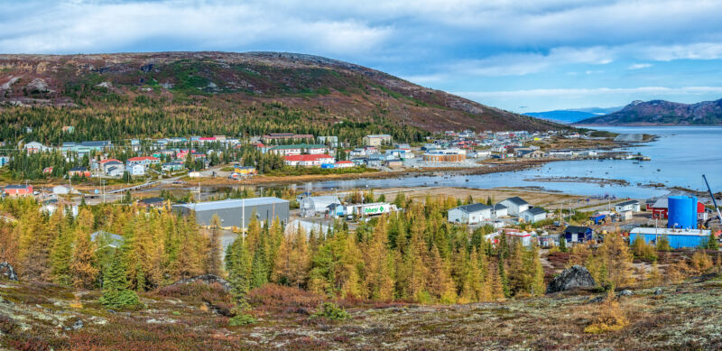 Image of a town between the ocean and tundra.